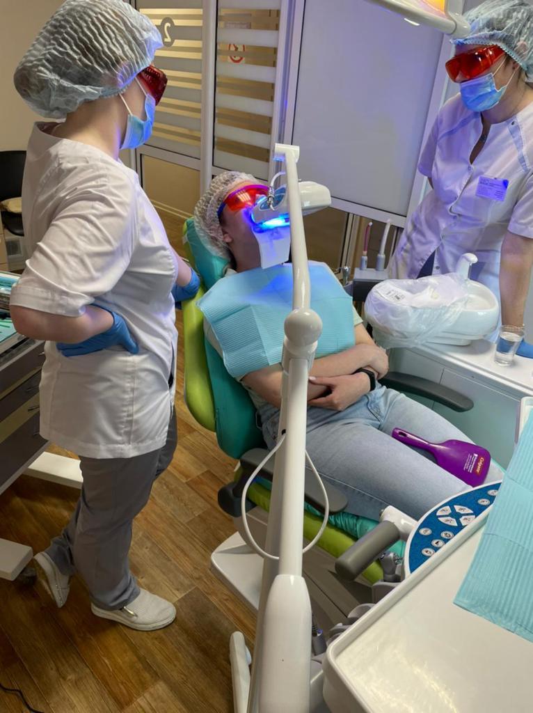 Процесс отбеливания зубов с помощью LED лампы